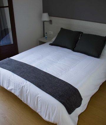 02_01Diputacio Doble con cama matrimonio con balcon